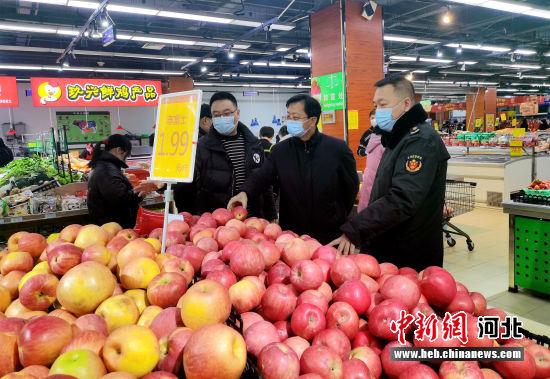 市场监管部门督查超市食品价格。 安文英 摄