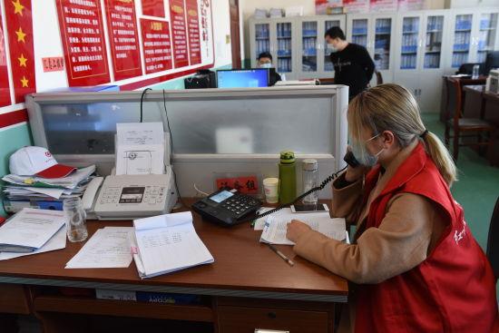 在深州市卫健局,一名志愿者在话务组工作。 供图