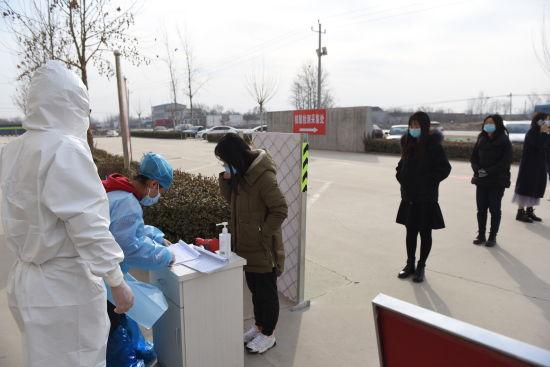 在深州市医院东院区,志愿者为群众登记信息。 供图