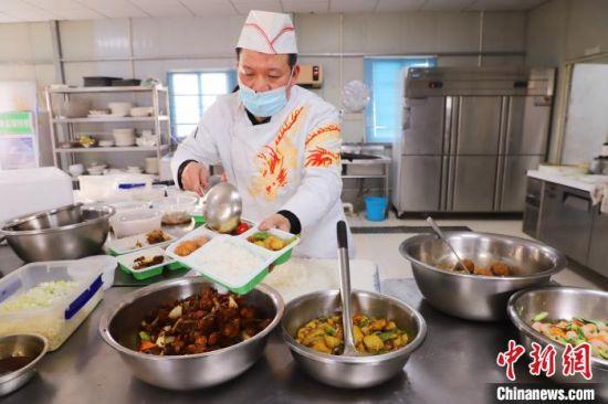 京雄高速SG6标项目部为每位工人奉上一道可口的家乡菜。河北高速公路集团供图