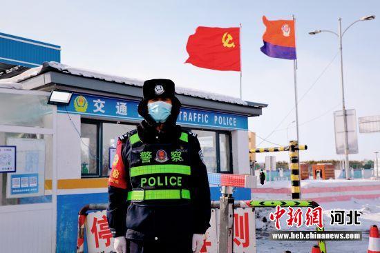 张瑞田在任御道口防控检查站站岗执勤。 谭晓明 摄