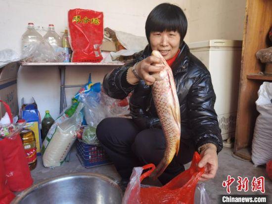 图为河北省平山县西柏坡镇北庄村村民喜迎春节。 李洋 摄