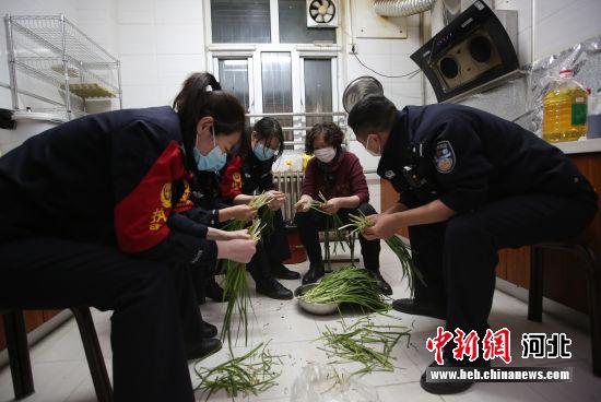 图为年轻民警与高妈妈一起摘韭菜。 供图