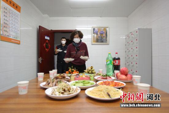 图为高妈妈和年轻民警一起端上水饺。 供图