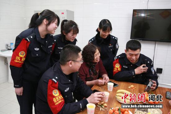 图为高扬组织三名家在外地民警与远方的妈妈视频连线,高妈妈请他们的妈妈放心,孩子在这吃的很好。 供图