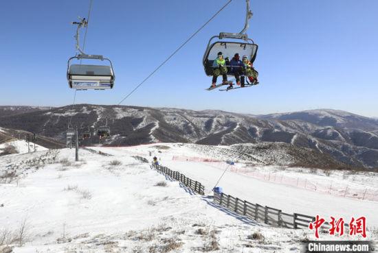 2月4日,滑雪爱好者在河北省张家口市崇礼区云顶滑雪公园滑雪。 中新社发 武殿森 摄