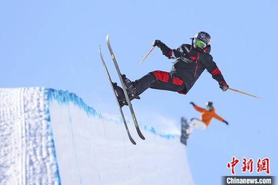 2月4日,中国自由式滑雪U型场地国家集训队在河北省张家口市崇礼区云顶滑雪公园U型场地进行滑雪训练。 中新社发 武殿森 摄