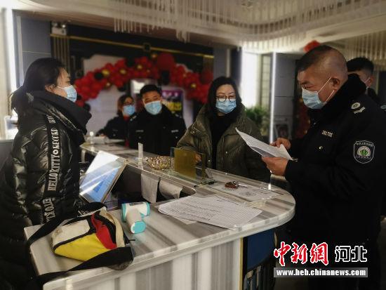 执法人员对辖区文化娱乐场所进行拉网式检查。 袁野 摄