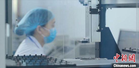 科研人员正在进行抗体芯片制备。 河北博海生物工程开发有限公司供图