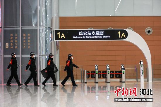 图为张少杰带领处突小组在站内进行巡逻。