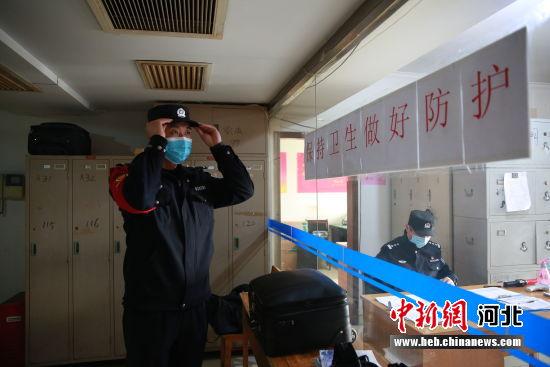 图为栗孝鑫在乘警支队出退乘值班室整理着装。 供图
