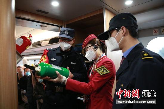 图为栗孝鑫在车厢与车长、随车机械师进行列车消防设备检查。 供图