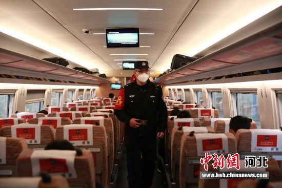 图为栗孝鑫在车厢进行三乘联检。 供图