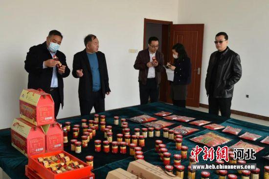 企业正在挑选适合推广的农产品。 望都县委宣传部供图