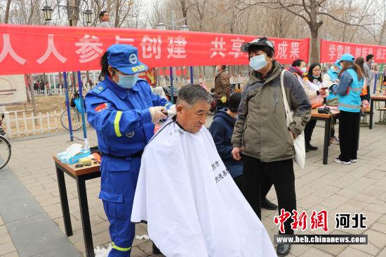涿州社会公益组织为市民提供爱心义剪服务。 张超 摄