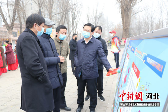与会领导参观涿州首届志愿服务设计大赛项目。 张超 摄