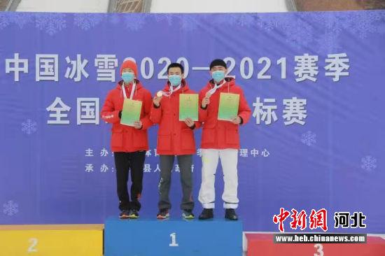 图为男子个人标准台比赛冠亚季军获得者登台领奖。 高�G 摄