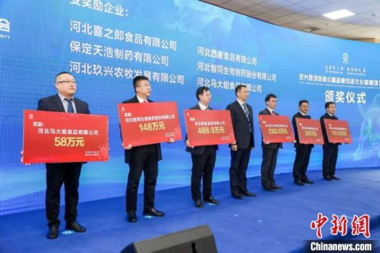 图为突出贡献企业获奖。 徐海涛 摄