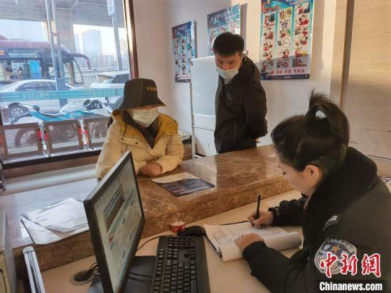 刘向楠认真接待办事群众。(资料图片) 张庭云 摄