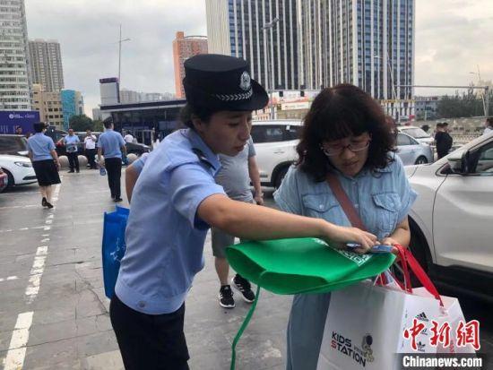 无论哪一次街头宣传,刘向楠一定会向市民耐心讲解。(资料图片) 张庭云 摄