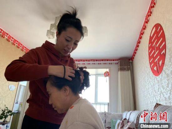 2016年至今,刘向楠90%的业余时间都用于侍奉老人。 张庭云 摄