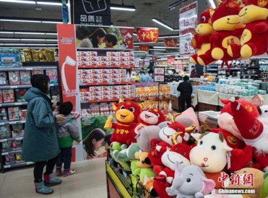 资料图:市民在超市采购商品。 中新社记者 侯宇 摄
