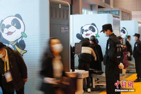 资料图:第三届中国国际进口博览会,参会者通过人员信息核对、红外无感测温、安检进入场馆。 中新社记者 殷立勤 摄