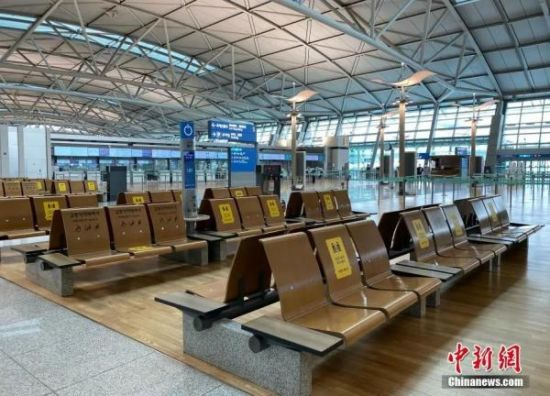 资料图:当地时间3月4日,韩国仁川机场内保持社交距离的提示。(记者 曾鼐 摄)