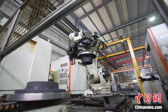 资料图:一家汽车配件厂的机器人正在作业。 中新社记者 张云 摄
