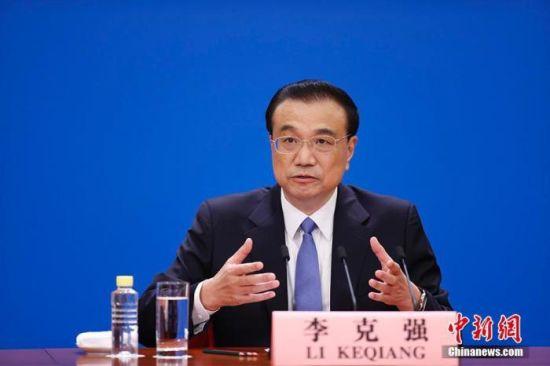 3月11日,中国国务院总理李克强在北京人民大会堂出席记者会并回答中外记者提问。为有效防控疫情,共同维护公共卫生与健康,记者会采用网络视频形式进行。 中新社记者 杜洋 摄