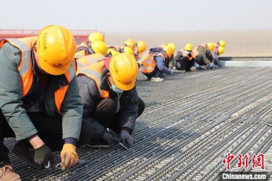 工人正在全力加速建设 河北高速集团 摄