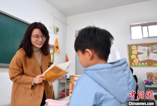 图为3月11日,刘霞老师正在进行授课。 中新社记者 韩冰 摄
