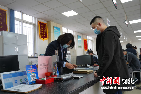 市民在白沟新城政务服务中心办理商户注册登记手续。 冯云 摄
