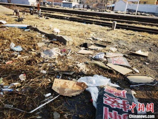 百年京张铁路文物遗存张家口火车站(北站)垃圾遍地。 肖光明 摄