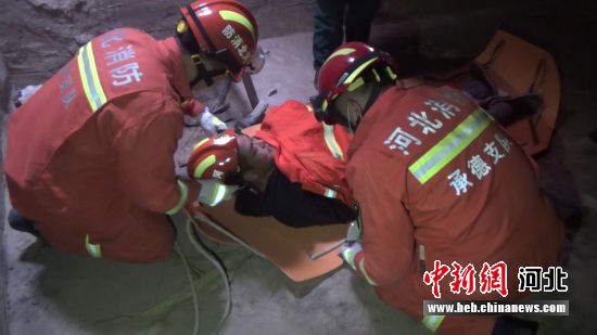 小伙被救出。 消防供图