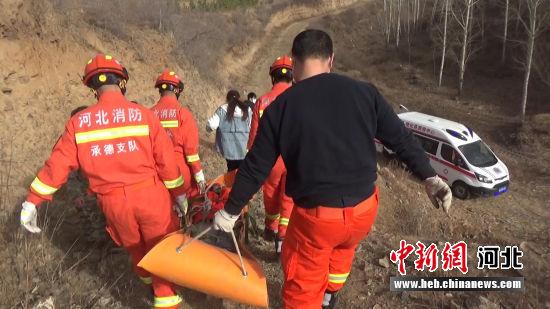 消防救援人员抬被困者下山。 消防供图