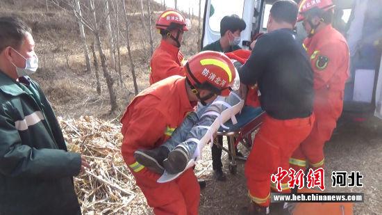小伙被抬上救护车。 消防供图