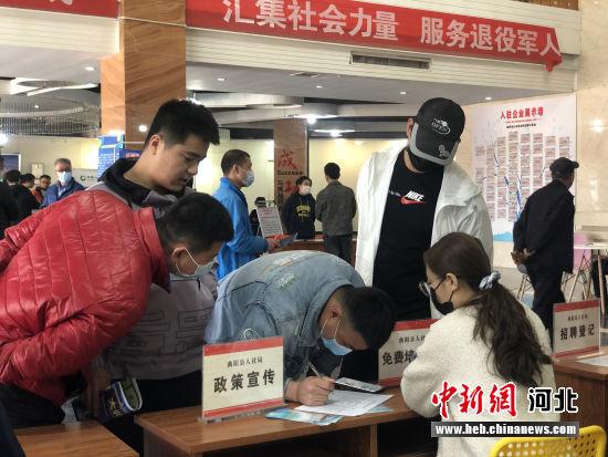退役军人与招聘单位签订《意向报名表》。 刘茜 摄