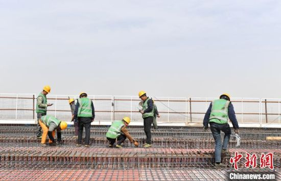 在安大线(新区段)公路工程项目施工现场,上百名工人正在紧张施工。 韩冰 摄