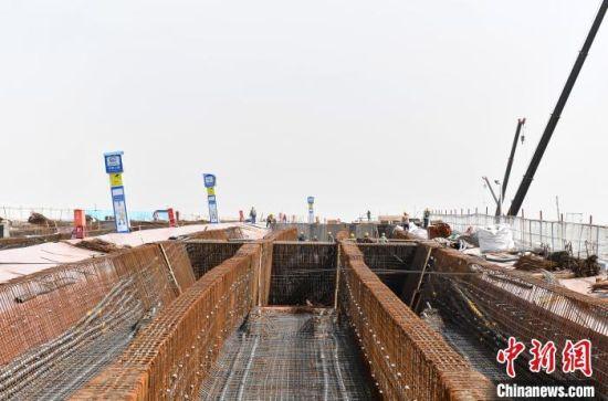 安大线(新区段)公路采用一级公路标准,设计速度80公里/小时,双向六车道设置。 韩冰 摄