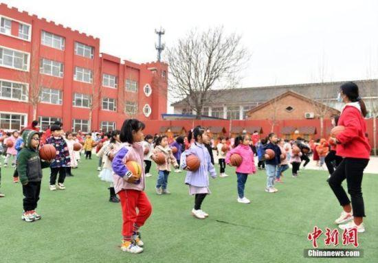 图为3月18日,北京市六一幼儿院雄安院区学生们正在进行课间活动。 中新社记者 韩冰 摄