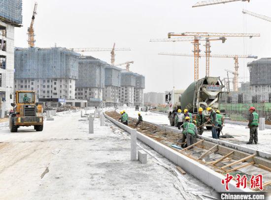 图为3月17日,容东片区管廊RDSG-4标段已全部封顶,管廊上方的市政道路正在施工。 中新社记者 韩冰 摄