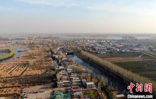 """随着京津冀协同发展的深入推进,""""未来之城""""雄安不再神秘。设立四年来,如何高标准高质量推进雄安新区建设?这个问题的答案就藏在雄安""""红、绿、蓝""""的考量之中。图为3月23日,航拍雄安新区白洋淀景色。 中新社记者 韩冰 摄"""