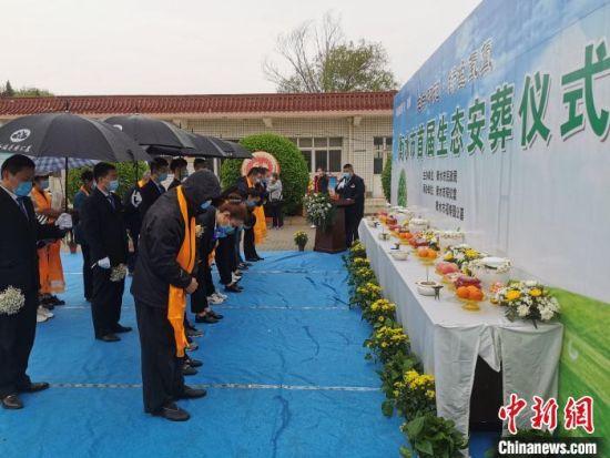衡水市首届生态安葬仪式现场。 王鹏 摄
