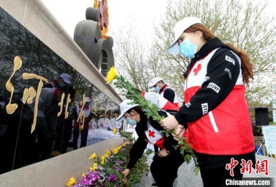 在场人员依次走到纪念碑前,向遗体器官捐献者敬献鲜花。 河北省红十字会供图