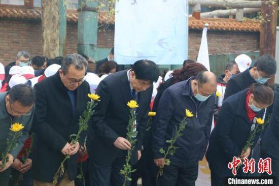 在场人员向遗体器官捐献者默哀致敬。 河北省红十字会供图