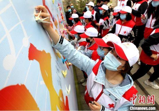 与会人员自发折叠千纸鹤,用纸鹤寄托哀思。 河北省红十字会供图