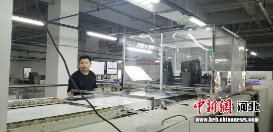 图为园区的印刷包装企业员工正在操作电子喷码机。 徐巧明 摄
