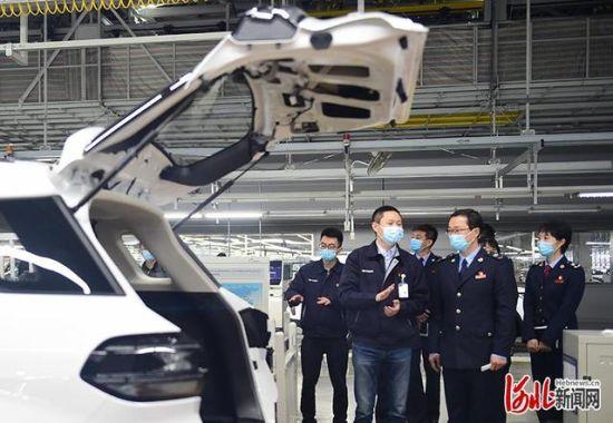 沧州市税务局工作人员走进北京现代沧州工厂,解读国家和省市支持企业发展税收优惠新举措。通讯员傅新春摄
