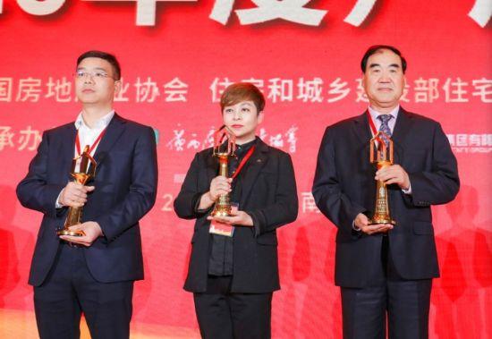 东胜集团首席品牌官兼品牌管理中心总经理罗兰代表领奖。 供图